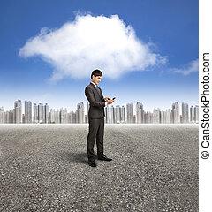 homem negócios, segurando, esperto, telefone, com, nuvem, computando, fundo