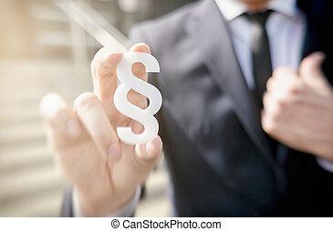 homem negócios, segurando, parágrafo, símbolo, -, lei, conceito, imagem