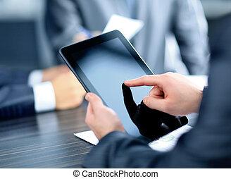 homem negócios, segurando, tablete digital