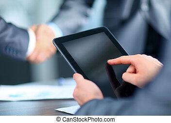 homem negócios, segurando, tabuleta, digital