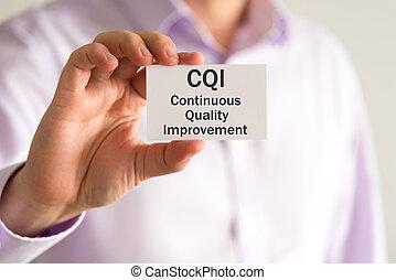 homem negócios, segurando, um, cartão, com, texto, cqi, contínuo, qualidade, melhoria