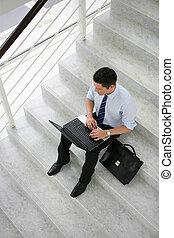 homem negócios, sentado, ligado, escadas, com, laptop