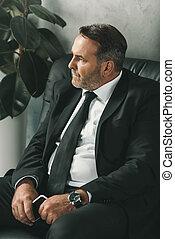 homem negócios, sentando, sofá