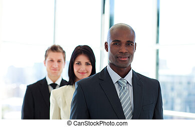 homem negócios, seu, guiando, africano, equipe
