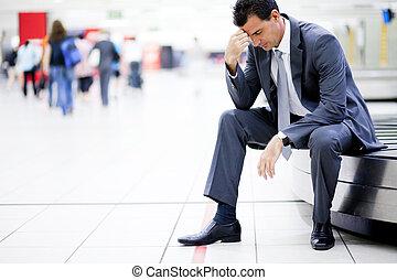 homem negócios, seu, preocupado, bagagem perdida
