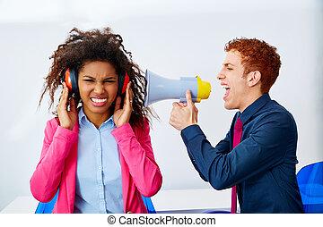homem negócios, shouting, megafone, para, mulher africana
