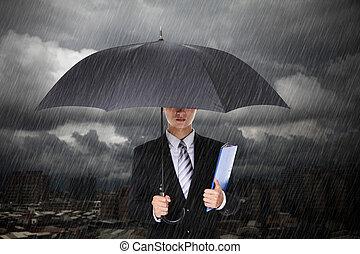 homem negócios, sob, chuva pesada