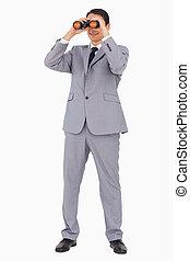 homem negócios, sorrindo, enquanto, usando, binóculos