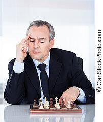 homem negócios, tocando, maduras, xadrez