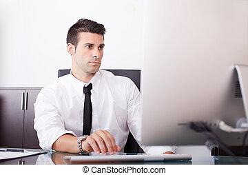 homem negócios, trabalhando, em, escritório