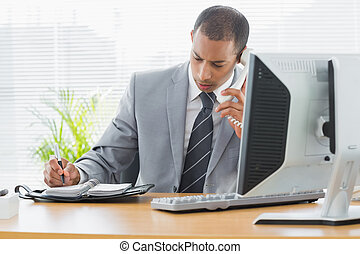 homem negócios, usando computador, e, telefone, em, escrivaninha escritório