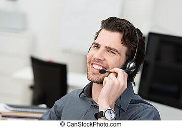 homem negócios, usando, headset