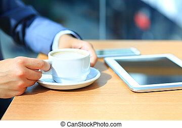 homem negócios, usando, tablete digital, computador, com, modernos, móvel, telefone., novo, tecnologias, para, sucesso, workflow, concept.