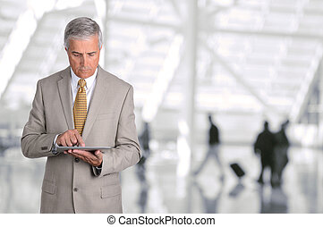 homem negócios, usando, tabuleta, computador, aeroporto