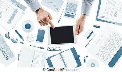 homem negócios, usando, tabuleta, digital