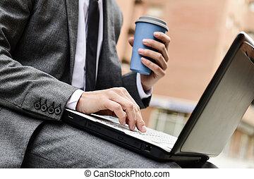 homem negócios, usando, um, laptop, ao ar livre