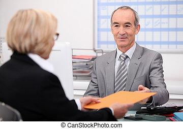homem negócios, vendo, um, cliente
