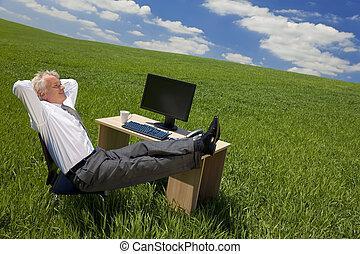 homem negócios, verde, escritório, relaxante
