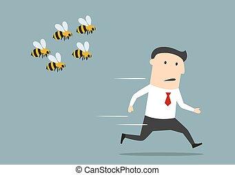 homem negócios, zangado, abelhas, funcionar afastado