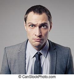 homem negócios, zangado, fundo, cinzento
