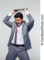 homem negócios, zangado, seu, esmagando, laptop