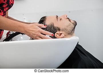 homem, obtendo, cabelo, lavado, em, sala estar