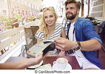 homem, pagar, para, a, café, com, um, cartão crédito