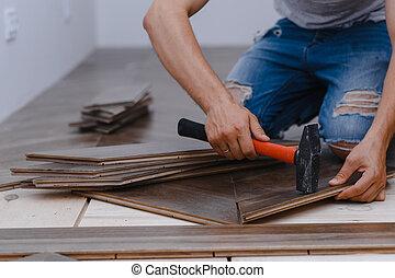 homem, parquet, hands., pavimentando, deitando, -, closeup, associando, macho, chão, trabalhador