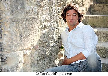 homem preto, sentando, ligado, pedra, escadas