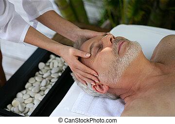 homem, recebendo, massagem cabeça, em, spa dia
