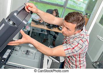 homem, reparar, fotocopiadora