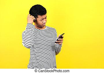 homem, retrato, confundido, amarela, olhar, isolado, smartphone