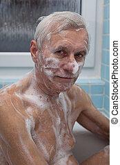 homem sênior, banhar-se