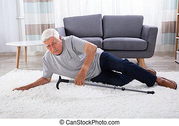 homem sênior, caído, ligado, tapete