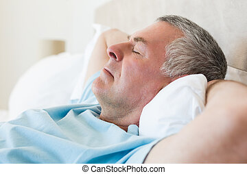 homem sênior, cama, dormir