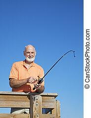 homem sênior, carretéis, em, peixe, vertical