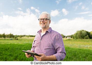 homem sênior, com, pc tabela, computador, em, município