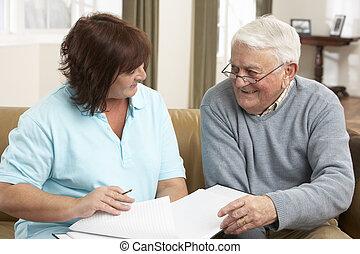 homem sênior, em, discussão, com, visitante saúde, casa