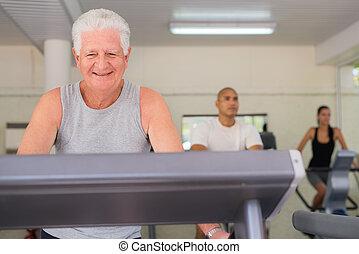 homem sênior, exercitar, em, wellness, clube