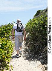 homem sênior, hiking, costa
