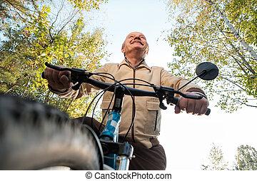 homem sênior, ligado, passeio ciclo, em, campo