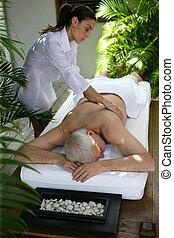 homem sênior, ter uma massagem