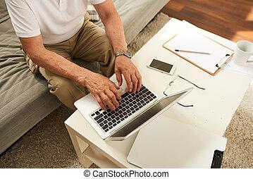 homem sênior, trabalhando casa