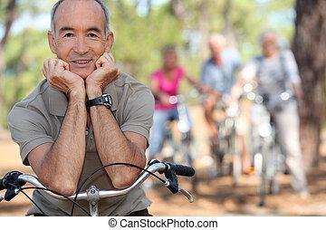 homem sênior, uma bicicleta
