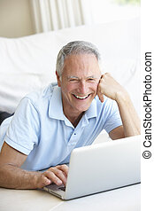 homem sênior, usando computador portátil, computador