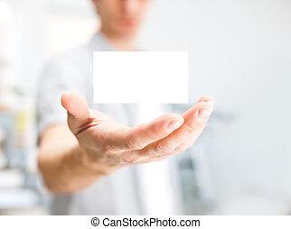 homem, segurando, cartão negócio branco, com, espaço cópia,...