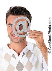 homem, segurando, metálico, símbolo, sobre, olho