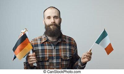 homem, segurando, nacional, bandeiras
