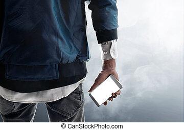 homem segurando telefone móvel