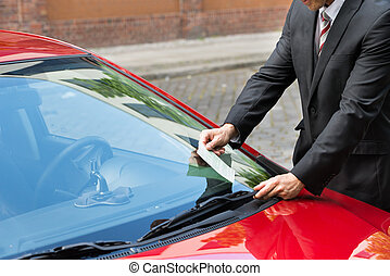 homem, segurando, um, bilhete estacionamento